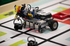 Die Kinder und Jugendlichen designten und bauten einen Lego-Mindstorm-Roboter, programmieren ihn und traten damit gegeneinander an. Das Thema der diesjährigen «World Robot Olympiad»ist, «Wie sieht die Stadt der Zukunft aus?». So entwickeln die Kinder der mittleren Altersklasse zum Beispiel einen Roboter, der alte Lampen korrekt entsorgt und sie durch smarte Lampen ersetzt. (Bilder: Roger Zbinden, Rotkreuz, 11. Mai 2019)