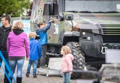 Diese jungen Messebesucher inspizieren eines der Mowag-Fahrzeuge. (Bild: Reto Martin)