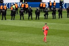 Der GC-Torhüter Heinz Lindner versuchte, die Fans zu beruhigen – jedoch ohne Erfolg. (Bild: KEYSTONE/Alexandra Wey, Luzern, 12. Mai 2019)