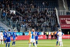 Szenen, die nicht zum Fussball gehören sollten: GC-Fans stürmen von den Rängen. (Bild: KEYSTONE/Alexandra Wey, Luzern, 12. Mai 2019)
