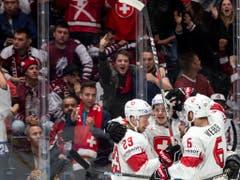 Die Schweizer mit Torschütze Gregory Hofmann (mitte) bejubeln vor ihren Fans den 1:0-Führungstreffer gegen Lettland (Bild: KEYSTONE/MELANIE DUCHENE)