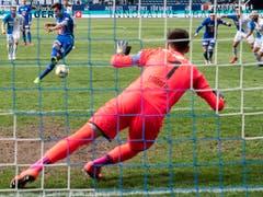 Goalie Heinz Lindner, der beste oder einzig gute Hopper, wehrt den Foulpenalty von Shkelqim Demhasaj ab (Bild: KEYSTONE/ENNIO LEANZA)