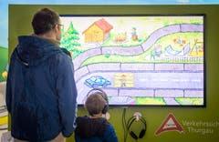Auf einem grossen Monitor läuft ein Film zur Verkehrssicherheit. (Bild: Reto Martin)