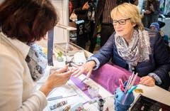 Eine Besucherin lässt sich die Fingernägel verschönern am Ladie's-Corner. (Bild: Reto Martin)