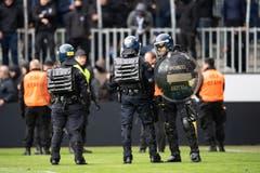 Gepanzerte Polizisten auf dem Grün der Swissporarena. (Bild: KEYSTONE/Ennio Leanza, Luzern, 12. Mai 2019)