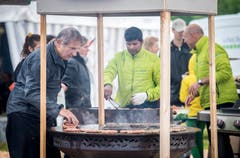 Das Küchenteam sorgt am Grill für das leibliche Wohl der Besucher. (Bild: Reto Martin)