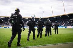 Polizisten reagierten und sicherten das Spielfeld. (Bild: KEYSTONE/Ennio Leanza, Luzern, 12. Mai 2019)
