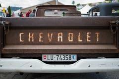 Der Chevrolet C10 Baujahr 1965 wird von einem 5,7 Liter Motor angetrieben.