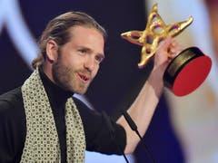 Das Berner Musiker-Duo Lo & Leduc hat den Prix Walo in der Sparte Pop/Rock gewonnen. Lorenz Häberli nahm die Trophäe entgegen, Luc Odier fehlte an der Preisverleihung. (Bild: KEYSTONE/WALTER BIERI)
