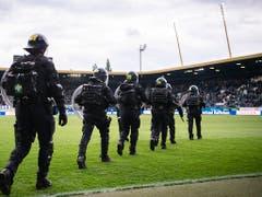 Es ist nie ein gutes Zeichen, wenn reihenweise Polizisten anrücken müssen (Bild: KEYSTONE/ENNIO LEANZA)