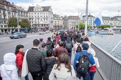 Touristen überqueren die Seebrücke. (Bild: Urs Flüeler / Keystone, Luzern, 13. Mai 2019)