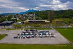 Ordentlich aufgereiht: Die parkierten Reisecars bei der Messe Allmend. Nachdem die Busse die Touristen in der Stadt Luzern beim Inseli abgesetzt hatten, fanden sie sich auf dem Parkplatz bei der Allmend ein. (Bild: Marco Vogel)
