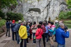 Auch das Löwendenkmal besuchen die Touristen. (Bild: Urs Flüeler / Keystone, Luzern, 13. Mai 2019)