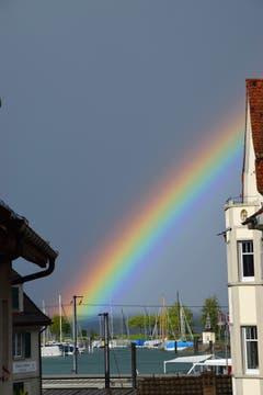 Ein farbintensiver Regenbogen über dem Hafen von Romanshorn. (Bild: Hansjürg Oesch)