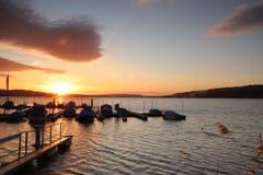 Romantischer Sonnenuntergang am Sempachersee. Ein sympathisches Wesen wacht über den See und bläst die Wolken weg. (Bild: Xaver Husmann, Sempach, 13. Mai 2019)
