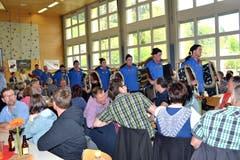 Einmarsch des Trychlerclubs Dreien zur Begleitung der Fahnentaufe. (Bild: Peter Jenni)