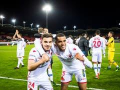 Matchwinner Bastien Thoma (links) freut sich gemeinsam mit Yassin Fortune über die drei wichtigen Punkte (Bild: KEYSTONE/JEAN-CHRISTOPHE BOTT)