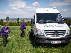 Auf Versuchsparzellen bei Agroscope in Zürich messen Forschende mit einem mobilen Labor die Lachgas-Emissionen, die nach Düngung von Feldern und Wiesen entstehen. (Bild: KEYSTONE/ENNIO LEANZA)