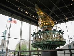 Hauptattraktion des neuen Museums zu Ehren von «Lady Liberty» im Hafen von New York ist die Original-Fackel. Weil sie marode geworden ist, wurde sie auf der Statue 1984 durch eine Kopie ersetzt. Für die Besucher öffnet der verglaste Museumsbau im Rücken der Statue am 16. Mai. (Bild: KEYSTONE/EPA/ALBA VIGARAY)