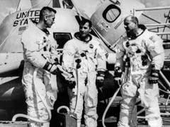 Von links nach rechts stehen die Astronauten der Apollo-Mission 10 Eugene Cernan, John Young und Thomas Stafford kurz vor dem Abflug vor der geöffneten Raumkapsel, welche sie in die Mondumlaufbahn bringen wird. (Bild: KEYSTONE/PHOTOPRESS-ARCHIV/AP/STR)