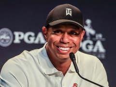 Tiger Woods ist vor dem zweiten grossen Turnier des Jahres in bester Laune (Bild: KEYSTONE/EPA/TANNEN MAURY)
