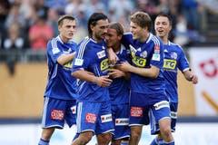 Luzerns Burim Kukeli, Hakan Yakin, Christophe Lambert, Claudio Lustenberger und Alain Wiss (von links) bejubeln das 2:0 im Spiel gegen den AC Bellinzona. (Bild: Philipp Schmidli, 27. September 2007)