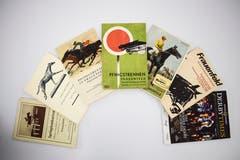 Eine Auswahl an Programmheftli zu Frauenfelder Pferderennen – von 1919 bis 2013. (Bild: Samuel Koch)