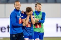 Luzerns Mirko Salvi (links) und Claudio Lustenberger (rechts) trösten Idriz Voca nach der Cup-Halbfinal-Niederlage gegen den FC Thun. (Bild: Philipp Schmidli, 23. April 2019)