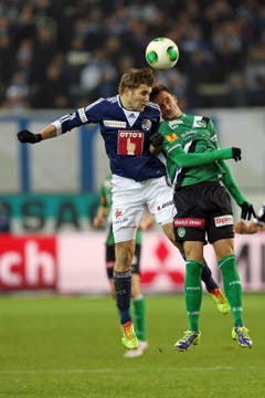 Claudio Lustenberger (links) im Kopfballduell gegen St. Gallens Sébastien Wüthrich. (Bild: Philipp Schmidli, 24. November 2013)