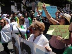 Hunderttausende Menschen forderten am Freitag erneut grundlegende politische Reformen in Algerien. Die Proteste wandten sich auch gegen den starken Einfluss des Militärs auf die Politik. (Bild: KEYSTONE/EPA/MOHAMED MESSARA)
