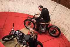 Das Original Motodrom, die älteste reisende Steilwand der Welt, ist zu Gast im Verkehrshaus. Seit 1928 ist die Steilwand unterwegs. Fotografiert am 17. Mai 2019 in Luzern.im Bild: Donald Ganslmeier startet sein Motorrad. Boris Bürgisser / LZ