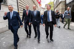 Die gewählten Regierungsräte auf dem Weg zum Fotoshooting. Von links: Guido Graf, Reto Wyss, Fabian Peter und Marcel Schwerzmann. (Bild: Eveline Beerkircher, Luzern, 19. Mai 2019)