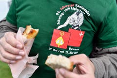 Mit Wurst und Brot gegen den Hunger. (Bild: Walter Bieri/Keystone, Bennau, 19. Mai 2019)