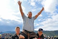 Sven Schurtenberger aus Buttisholz gewinnt das 96. Schwyzer Kantonalschwingfest. (Bild: Walter Bieri/Keystone, Bennau, 19. Mai 2019)