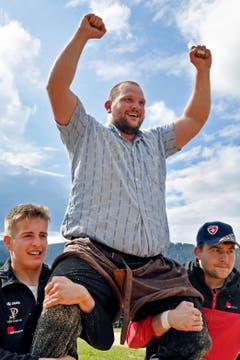 Sven Schurtenberger (Buttisholz) jubelt nach seinem Festsieg. (Bild: Walter Bieri/Keystone, Bennau, 19. Mai 2019)