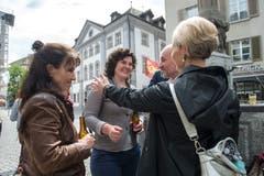 Manuela Jost (rechts) und Roland Fischer (Zweiter von rechts, beide GLP) gratulieren Korintha Bärtsch für ihr Engagement. (Bild: Dominik Wunderli, Luzern, 19. Mai 2019)