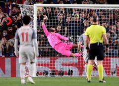 Liverpool-Goalie Alisson Becker ist chancenlos bei Messi's Wundergeschoss. (Bild: Manu Fernandez / AP)