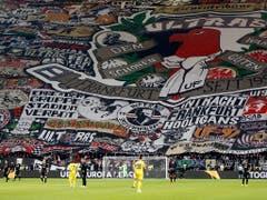 Die euphorisierten Eintracht-Fans sorgen in Frankfurt für einen stimmungsvollen Rahmen (Bild: KEYSTONE/AP/MICHAEL PROBST)