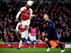 Danach dreht Arsenal aber auf - Alexandre Lacazette erzielt per Kopf seinen zweiten Treffer zur Führung für das Heimteam (Bild: KEYSTONE/EPA/NEIL HALL)