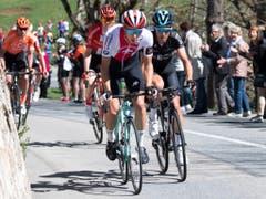 Der Romand Simon Pellaud (vorne) vom Swiss Cylcing Team sicherte sich dank seiner offensiven Fahrweise während der 1. Etappe das Bergpreis-Trikot (Bild: KEYSTONE/JEAN-CHRISTOPHE BOTT)