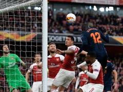 In London tut sich Arsenal gegen Valencia anfangs schwer - Mouctar Diakhaby köpfelt nach elf Minuten nach einem Corner zum 1:0 für die Gäste ein, Granit Xhaka hat im Luftduell das Nachsehen (Bild: KEYSTONE/EPA/WILL OLIVER)