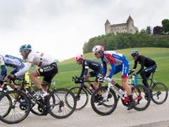 Zusammen mit fünf anderen Fahrern, unter ihnen mit Claudio Imhof ein zweiter Schweizer, setzte sich Stefan Küng bereits kurz nach dem Start in Le Locle vom Feld ab (Bild: KEYSTONE/JEAN-CHRISTOPHE BOTT)