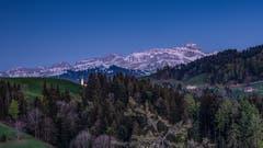 Die blaue Stunde in Schwellbrunn. (Bild: Luciano Pau)