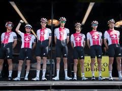 Das Swiss Cycling Team ist an der diesjährigen Tour de Romandie dank einer Ausnahmeregelung der UCI dabei. Hier präsentiert sich die siebenköpfige Equipe vor dem Start zur 1. Etappe in Neuenburg dem Publikum (Bild: KEYSTONE/JEAN-CHRISTOPHE BOTT)