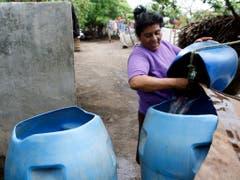 Eine Frau giesst frisches Wasser in einen Eimer in Leon, Nicaragua. Lateinamerika gehört heute zu den Schwerpunktregionen der Schweizer Entwicklungszusammenarbeit. Nun will sich der Bund aus dieser Region zurückziehen. (Bild: KEYSTONE/YOSHIKO KUSANO)