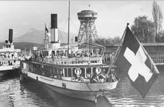 Drei Dampfschiffe: DS Schwyz (1870-1959, links), DS «Unterwalden» (1902 erbaut, Mitte) und die DS «Uri» (1901, hinten Mitte). Im Hintergrund steht der Turm der Fotoausstellung von 1952. (Bild: Wilhelm Wyss/ LZ Archiv)