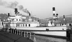 Dampfschiff «Germania» um 1950 in Luzern. Hinten rechtes im Bild ist die DS «Schiller» (1906). (Bild: Archiv Kurt Hunziker)