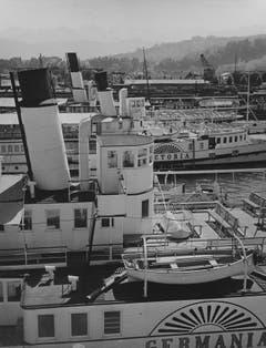 Ein Blick auf die Werft der DGV in Luzern, mit den Dampfschiffen «Germania» (1872 eingewassert) und «Victoria» (1872 bis 1942). Das Foto entstand zwischen 1934 und 1936. (Bild: Niedecken, Weggis/ LZ Archiv)