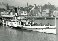 Die «Pilatus» verlässt Luzern in Richtung Alpnachstad. Die Aufnahme ist eventuell aus den 1930er Jahren. Das Schiff war bis 1966 auf dem See unterwegs. Kessel, Maschine und Räder sowie einige Salonteile sind bis heute in einer Ausstellung des Verkehrshauses Schweiz zu sehen. (Bild: K. Manz/ Archiv Kurt Hunziker)