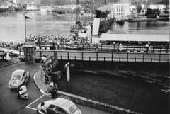 Das DS «Italia» (1872-1963) bei der alten Achereggbrücke in Stansstad. (Bild: Hans Schläpfer / LZ Archiv, 1958)
